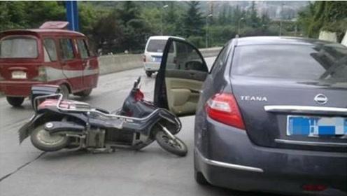 开车门时,切记注意这三点,有车没车都看看,不然容易引发事故