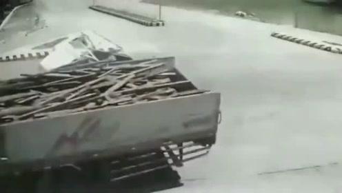 监控:一车人瞬间生离死别,视频拍下惨烈一幕,家人回看监控无法接受