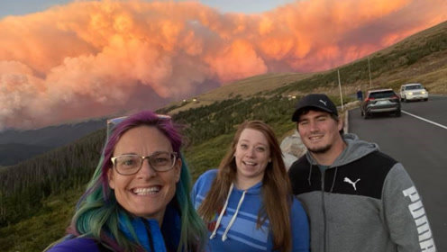 实拍美国科罗拉多州的山火:游客笑着自拍合影,滚滚浓烟像蘑菇云