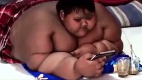 世界上最胖的小孩,生下来还很瘦,却没想到后来会胖成两个人的大小!