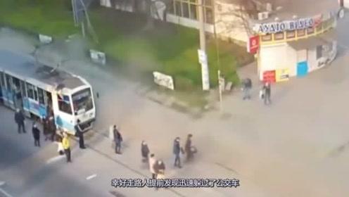 公交车闹市区失控,发疯冲向人群,监控还原事发全过程
