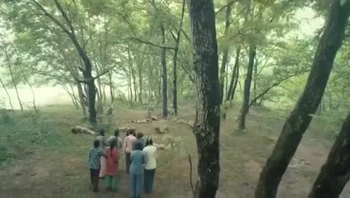 鬼子抓了一群女人正得意,下一秒八路出现,手持大刀把鬼子全杀光