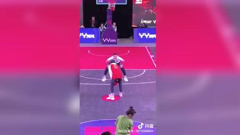 CBA辽篮球员郭艾伦现身篮球赛与球迷欢乐互动参与防守