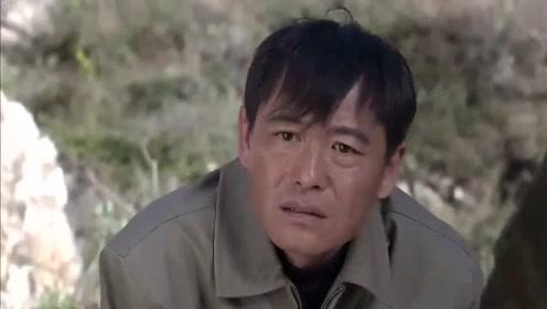 影视片段:懒汉上山放驴,谁想到,驴一泡尿呲出一块十几斤的金矿石