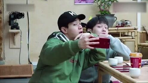刘宪华和彭昱畅沉迷于自拍,桌对面的黄磊面色