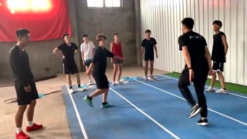 一个动作测试你的协调性,体育生必看的,我们普通人就看个热闹吧!