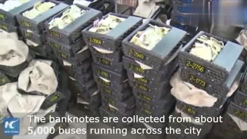老外看中国公交车员工快速整理零钱,YouTu*e外国网友评论!