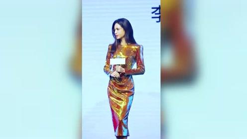 54岁李若彤出席活动,一身金色紧身长裙太可爱,这身材真的绝了