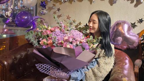 孟美岐22岁生日,宋妍霏为其庆生,两人脸贴脸自