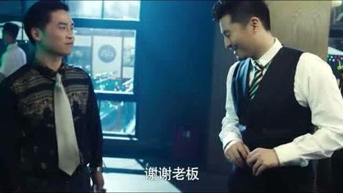 女孩酒吧面试歌手,经理瞧不起她,不料上台演唱大老板直接陶醉!