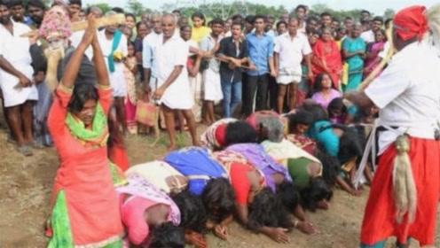 印度女人为何趴在大街上就能怀孕?镜头拍下全程,令人很是气愤!