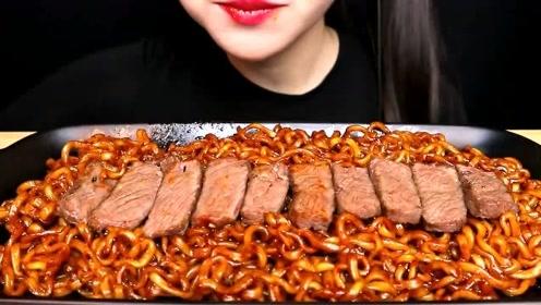 美食二倍速:小姐姐吃甜辣炸酱面,烤牛肉,一口一口满嘴流油,真好吃