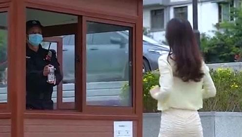 户外偶遇小姐姐跳舞,居然让保安给他录视频,我这算第三视角吗?