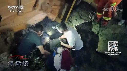 渣土车侧翻滚下山坡,驾驶员被困车头下,消防员紧急援救
