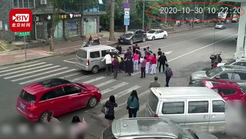 15秒!老人被卷入车底 数十名路人瞬间赶来抬车救人