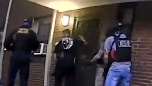 美国警察这暴力开门的手段,一般的门都受不了