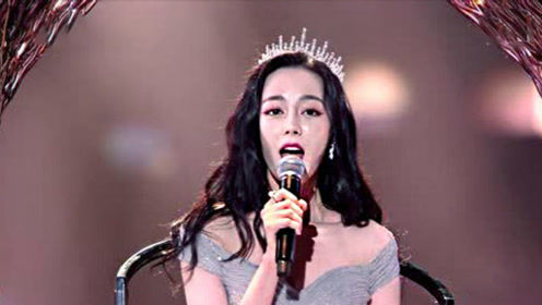 迪丽热巴头戴王冠,一身公主裙热力登场,神仙姐姐真是甜到炸裂