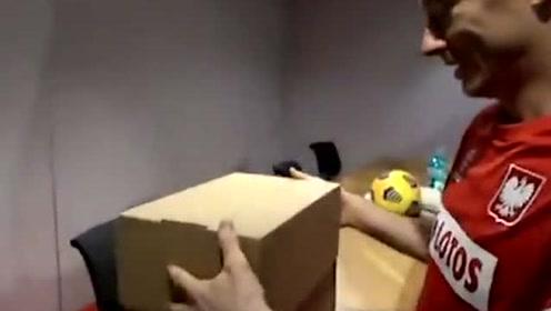 【山猫直播】德甲直播: 莱万收球迷自制金球奖奖杯受疫情影响,2020年金球奖取消。