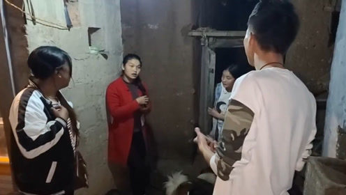 悬崖村偶遇彝族女孩家给我们吃鸡,她们还邀请我们留下来过新年