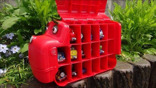 恰恰特快车手提箱和托马斯汽车玩具在公园里捉迷藏