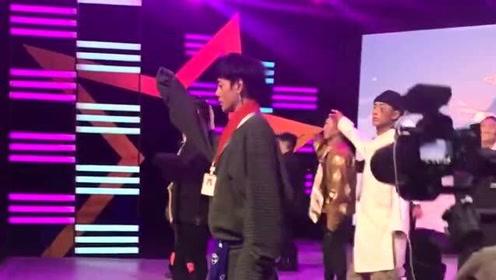 丁真跳起藏族舞來,像極了羞澀的小男孩,跟他的實際年齡一點也不相符!