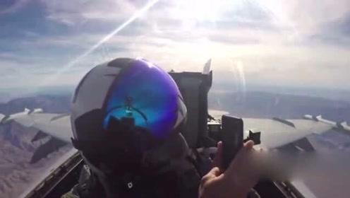 高速飞行的战斗机中玩自拍,美军大兵是真的皮