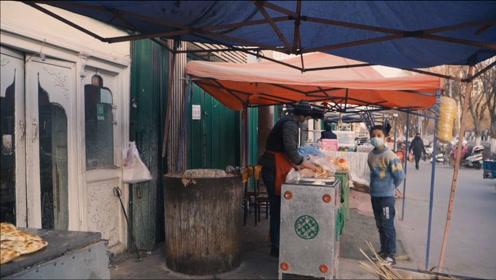 新疆街头美食羊杂20元/公斤,小伙吃完还想吃肉馕,眼睛馋肚子撑