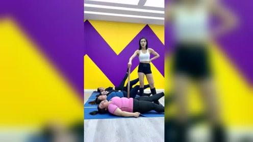 既然来锻炼减肥就要努力,这个木棍子能给你们威慑力吗?美女教练太狠心啊!