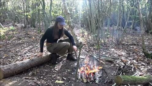 外国美女带着狗狗去荒野玩生存游戏,在荒野利用简单工具做出美食,厉害了