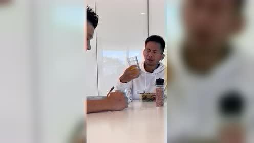 """太调皮了!为报复训练师加练 林书豪偷偷给他的果汁""""加料"""""""