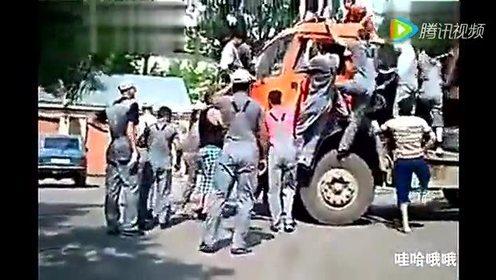 这工程车还不如手推车,还得搭十几个农民工的工资,太不划算了!