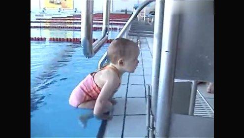 一个两岁的小孩学跳水 刻苦的样子好可爱!