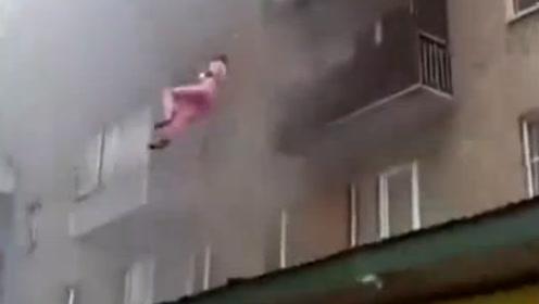 大火中男子五楼扔出妻儿后跳下围观群众全接住