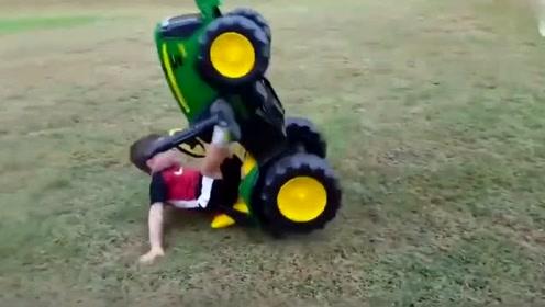 外国搞笑视频—爆笑  小孩骑车、笑的肚皮快破了