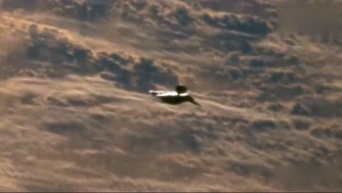 飞机拍到,躲在云层中的不明飞行物UFO!的图片