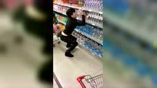 超市玩购物车的小心了 稍不留神就闯祸了