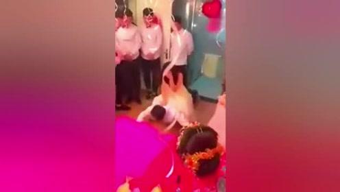 婚礼上真正尴尬的应该就是伴郎伴娘了,隔着屏