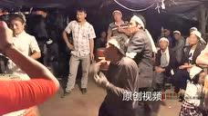 贵州毕节本地红人,小花宝与弟弟现场尬舞,人