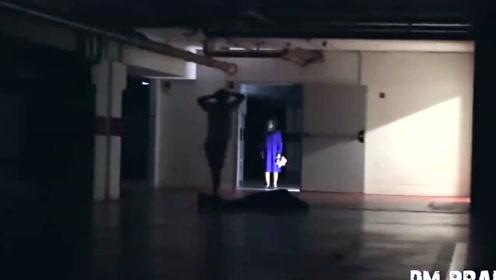 国外整蛊视频:两人地下车库恶搞路人,这确实