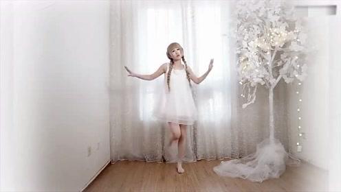 美女在家里热舞,就跟天使一样!好看!