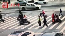 盲人男子红灯时欲穿马路 辅警拦下后用盲杖牵其过路