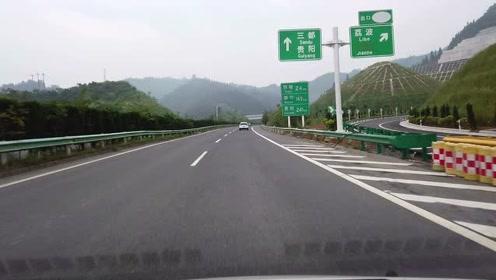 夏蓉高速沿途风景很美,车辆却很稀少,哪怕是五一假期也不会堵车