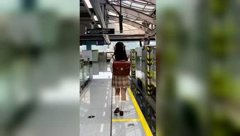 地铁站遇到的这个小姐姐,又是哪个男孩子的青