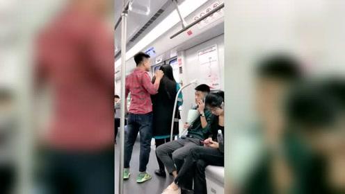 地铁上偶情侣吵架的一幕。