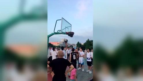 把篮球全部投进网里,而且还不漏下来,这下没得玩了吧!
