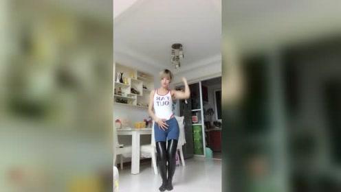 爱跳舞的小姐姐苗条的身段舞姿美美的