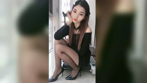 这么漂亮的美女看起来有点犹豫,丝袜搭配美腿