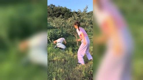 搞笑视频!#入戏太深了。夫妻情深比不上媳妇的套路深呢