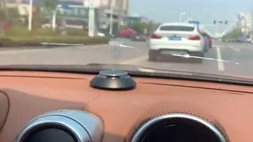 女司机的法拉利前挡风玻璃裂了,还有心思笑,修车不哭算你赢!