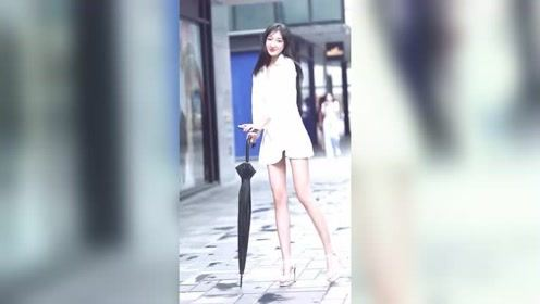 美女大街上尬舞,我猜她一定会跳钢管舞